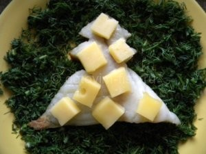 Кусочки сыра на рыбе