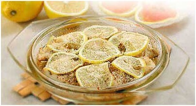 щука запеченная с сухарями и кружочками лимона