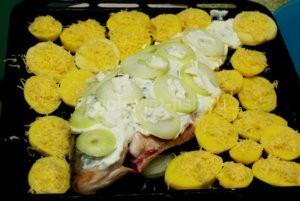 Карп с картофелем и луком на противне