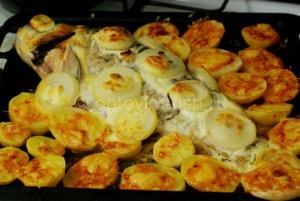 Карп запеченный с картофелем и луком