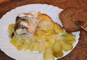 Кусок кефали с картофелем на тарелке