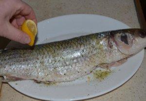 Рыба сбрызнутая лимонным соком