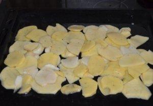 Слой картофеля на противне