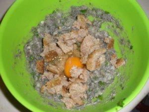 Хлеб и яйцо в рыбном фарше
