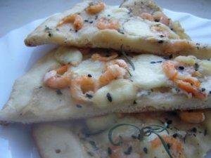 кусочки пиццы с креветками