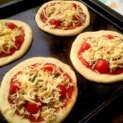 Сыр на маленьких пиццах