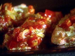 ставрида запеченная с помидорами
