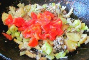 Салака и овощи на сковороде
