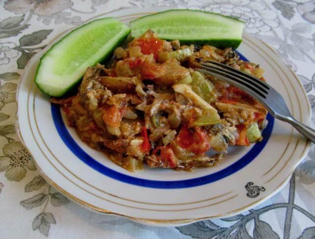 Салака тушеная с овощами