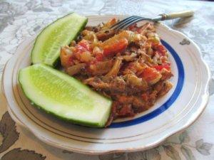 Салака тушеная с овощами в сметане