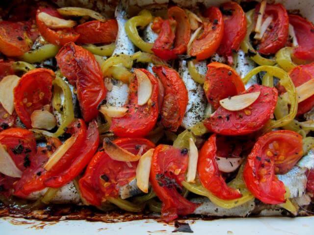 Салака запеченная с овощами
