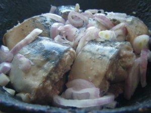 Куски маринованной скумбрии