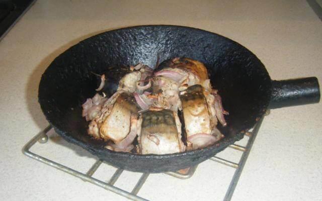 Скумбрия запеченная в сковороде
