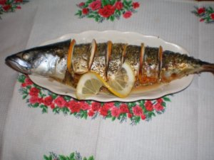 Запеченная скумбрия на блюде