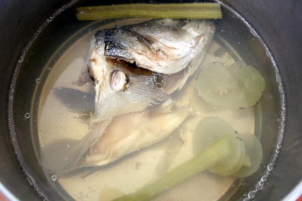 бульон из голов рыб