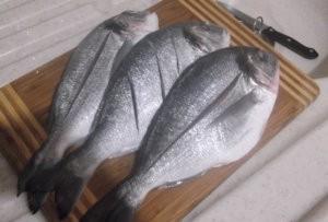 Сделать надрезы на рыбе