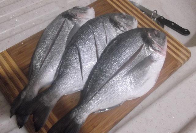 Сделать надрезы на рыбе дорадо для жарки