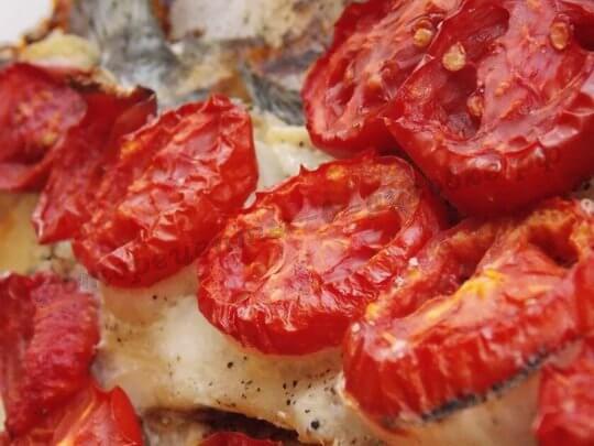 кефаль жареная с помидорами