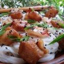 Минтай с рисовой лапшой и кунжутом