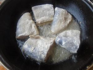 Кусочки пеляди на сковороде