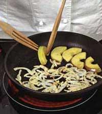 обжарка яблок и лука на сковороде