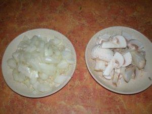 Лук и грибы нарезанные