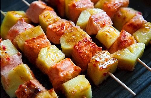 шашлык из лосося и ананаса