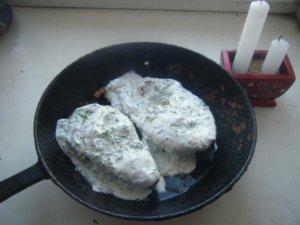 рыба залитая сметаной на сковороде