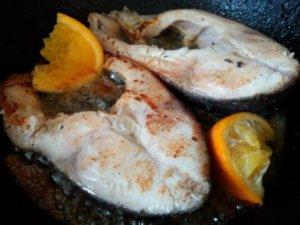 Толстолобик на сковороде с апельсином