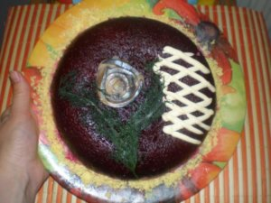 Салат сельдь под шубой на тарелке