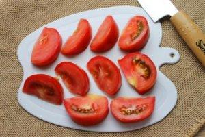 Крупные дольки помидор