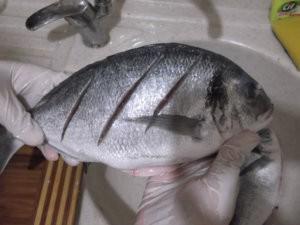 Поперечные надрезы на рыбе