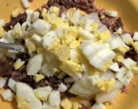 Добавление яйца в салат