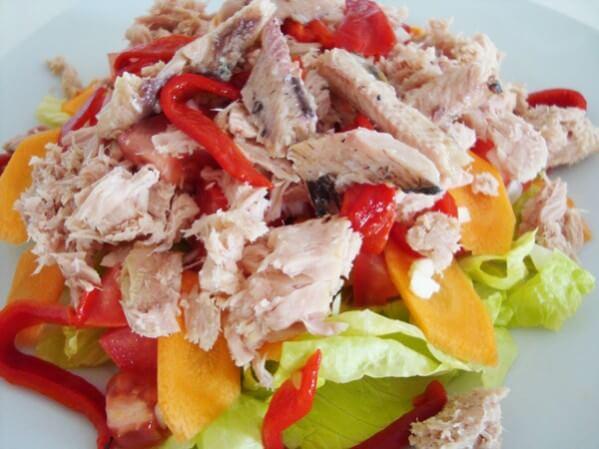 Салат с рыбой и маринованным сладким перцем