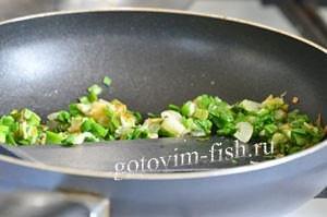 Зеленый лук на сковороде