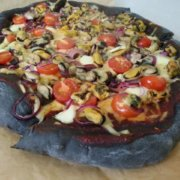 Готовая пицца с мидиями и чернилами каракатиц