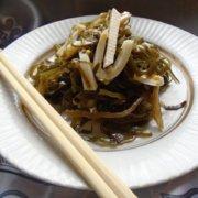 Салат с морской капустой, кальмарами и сыром