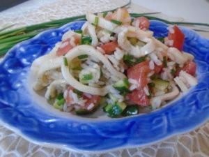 Салат с кальмарами, рисом и овощами