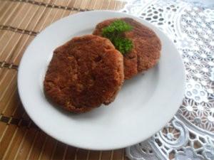 Котлеты из красной рыбы на тарелке