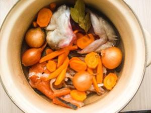 Лук и морковь в рыбном бульоне