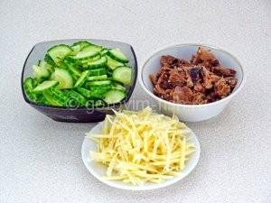 Нарезка продуктов для салата
