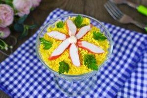 Украшение салата из крабов