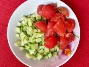 Помидоры и огурцы для салата
