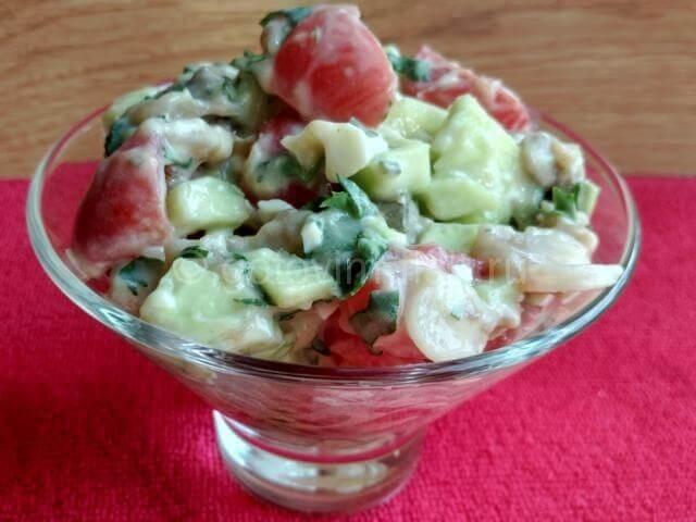 Салат из копченой скумбрии с огурцом и помидорами