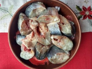 Куски рыбы на овощах